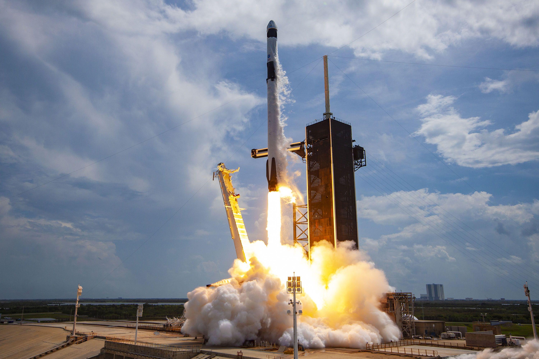 ten-lua-spacex-falcon-9-phong-va-ha-canh-tu-mot-diem-thuan-loi-hoan-toan-moi